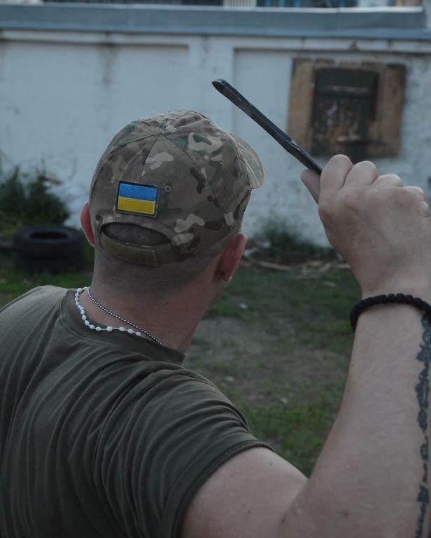 Украинские десантники метают ножи в портрет Путина: фотофакт