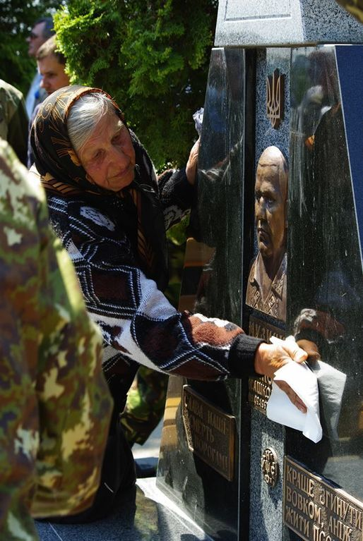 В Ривне открыли памятник Саше Белому. Фотофакт
