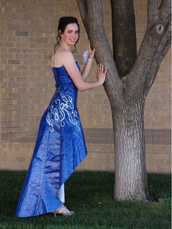Американские выпускники примерили платья из скотча. Фотофакт