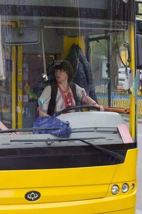 Водитель троллейбуса в украинском костюме взорвала сеть