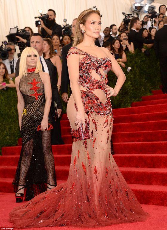 Бейонсе и Дженнифер Лопес произвели фурор прозрачными платьями