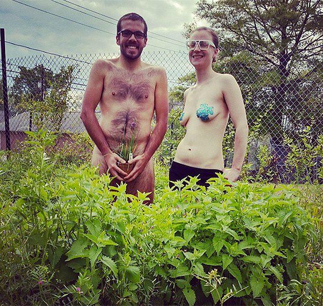 Обнаженка в кустах: мир отметил Всемирный день голого садовода