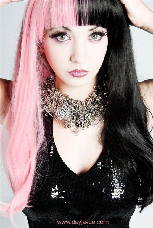 Новый тренд: девушки по всему миру красят волосы в два ярких цвета