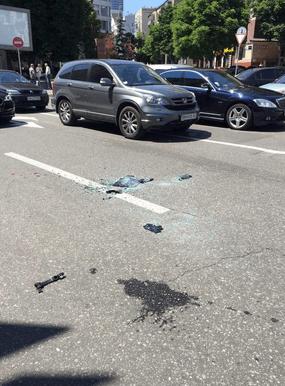 Перед зданием Киевгорстроя силовики задержали автомобиль