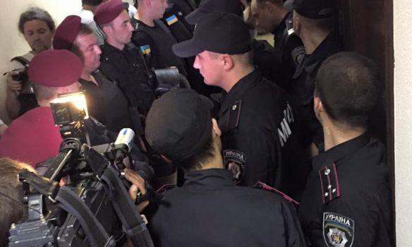 На суде по делу Мельничука подрались: фото и видео с места событий