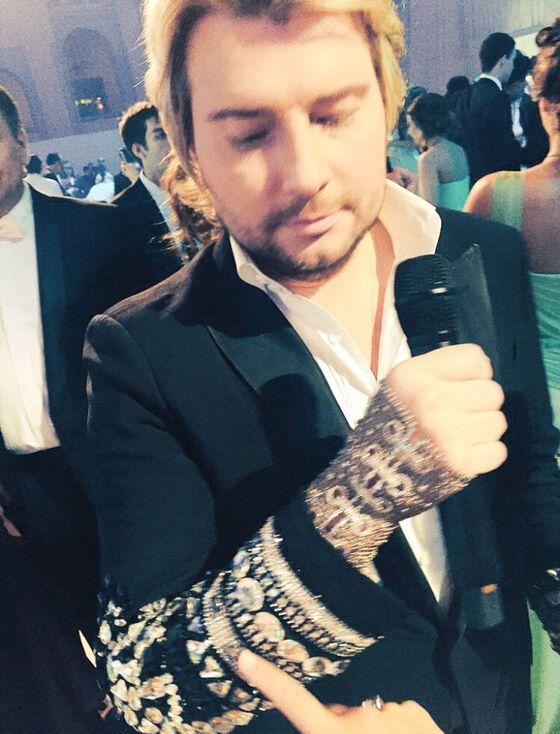Баскову подарили перчатку за 150 тысяч евро