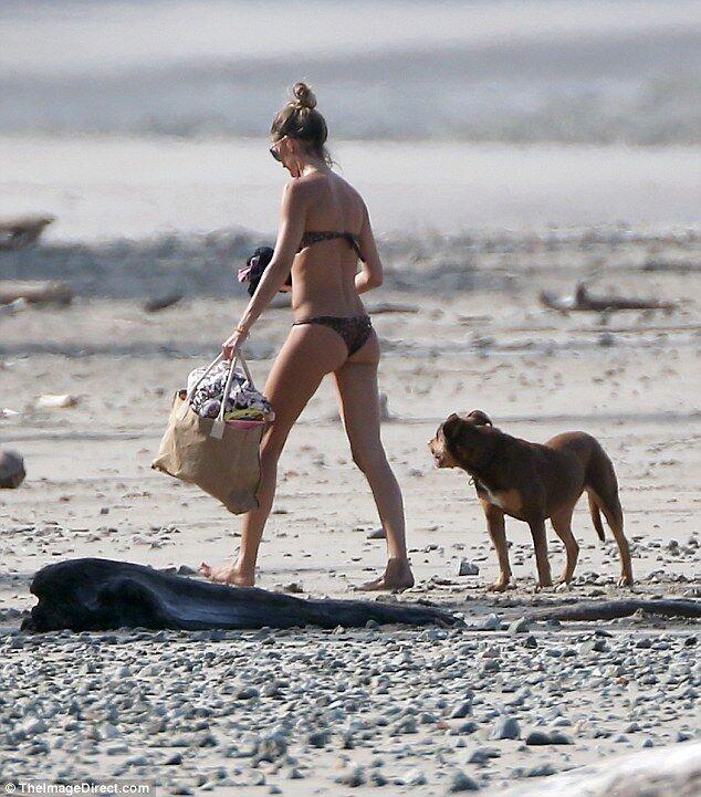 Папарацци поймали Жизель Бюндхен на пляже: фигура модели без фотошопа