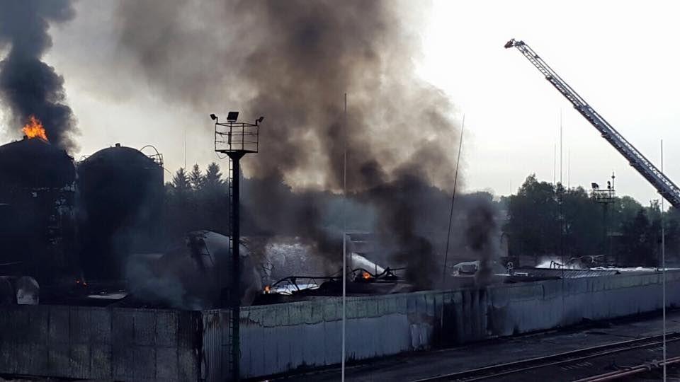 Пожар на нефтебазе под Васильковом почти потушили: свежие фото