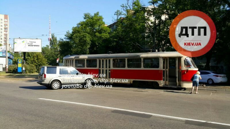 Не заметила! В Киеве дамочка на элитном авто протаранила трамвай