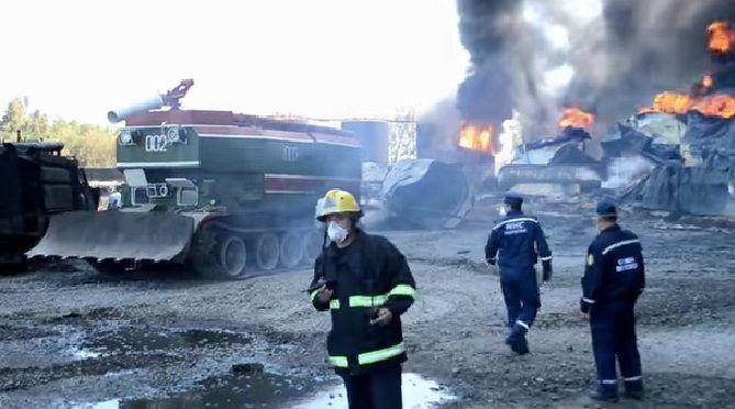 На горящую под Киевом нефтебазу пригнали пожарный танк: видеофакт