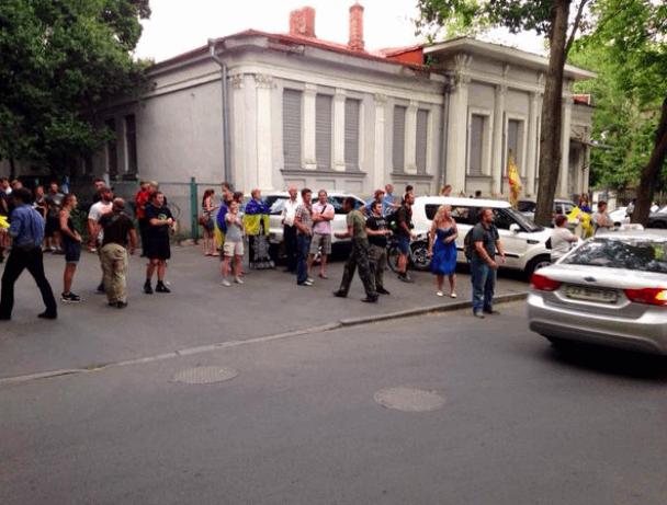 День России в Харькове: посольство страны-агрессора поздравили яйцами и зеленкой