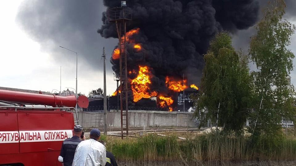 Пожар на нефтебазе под Киевом возобновился: произошла серия взрывов
