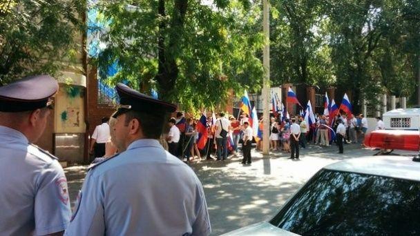 Недовольные россияне пикетируют разгромленное консульство Украины