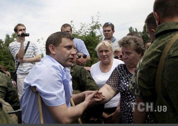 Захарченко с жалким видом и на костылях пришел на митинг в Донецке