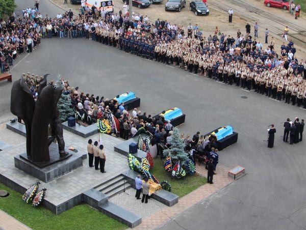 В Киеве похоронили трех спасателей, погибших при пожаре на нефтебазе