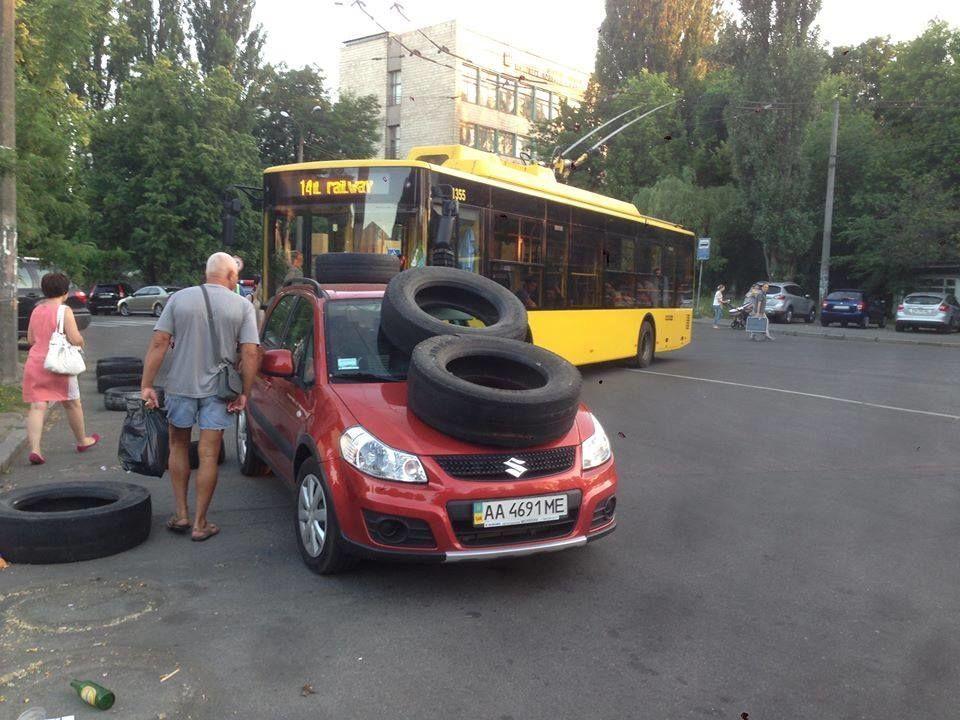 """""""Колесо на голову"""": киевские пешеходы эффектно наказали """"героя парковки"""""""