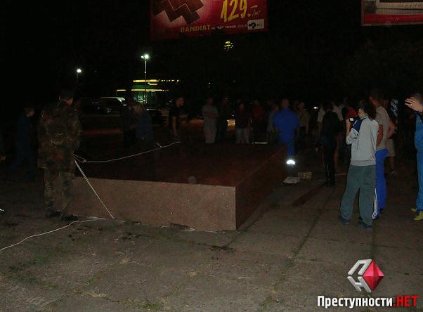 В Николаеве повалили многострадальный барельеф Ленину