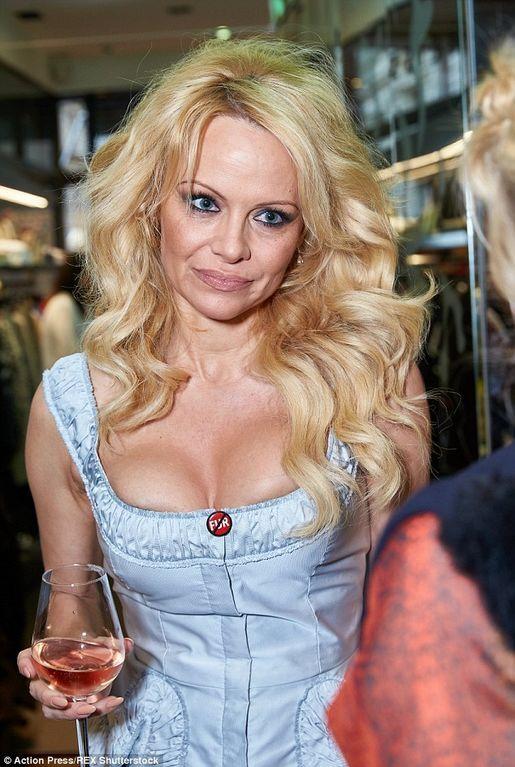 Постаревшая Памела Андерсон красовалась своим декольте в Вене