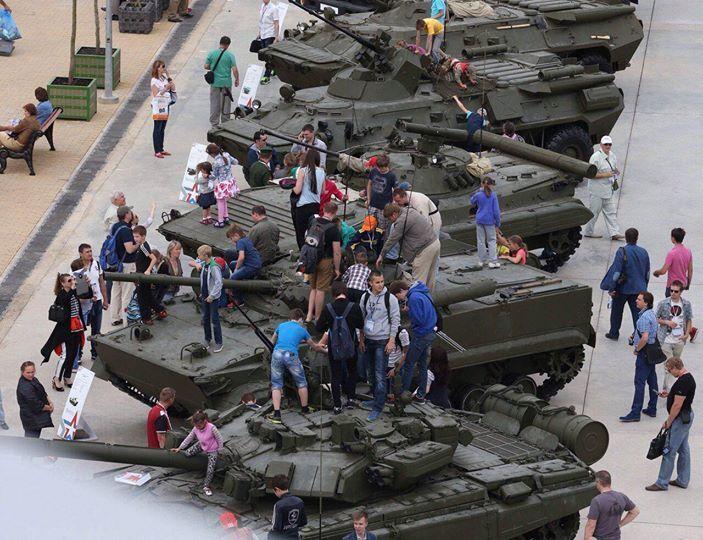 """В России на военной выставке дети просто """"облепили"""" танки: фотофакт"""
