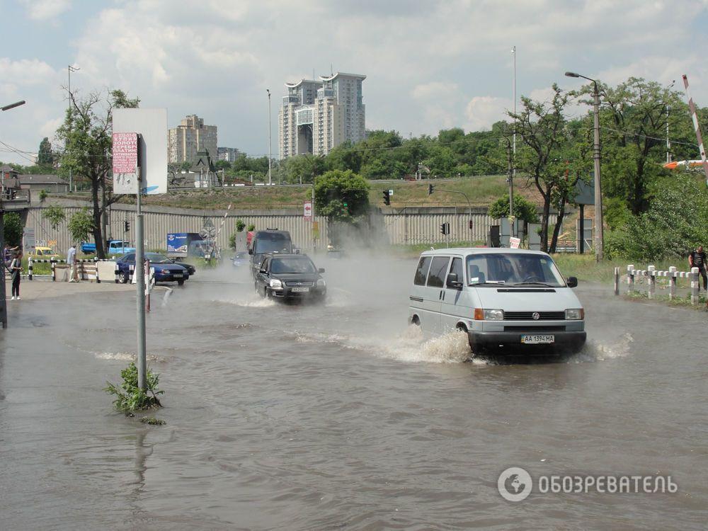 В Киеве дорогу возле метро залило кипятком