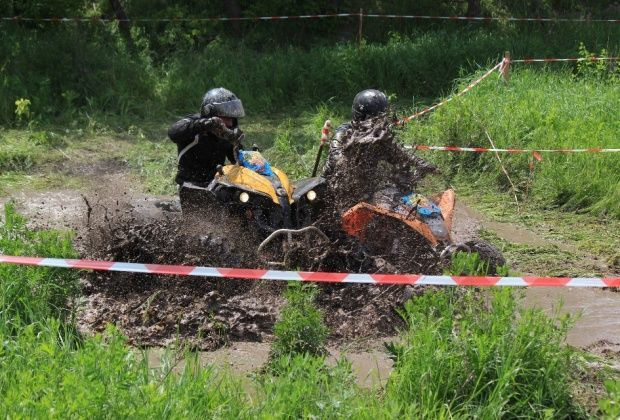 """Танки надоели. В """"ЛНР"""" устроили гонки по грязи на внедорожниках"""