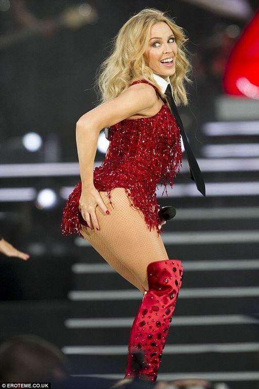 47-летняя Кайли Миноуг засветила недостатки фигуры в слишком откровенном наряде