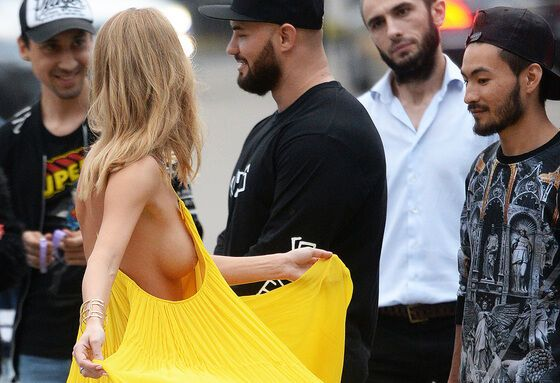Смотреть Певица Глюкоза поделилась откровенными снимками в бикини на отдыхе в Испании видео