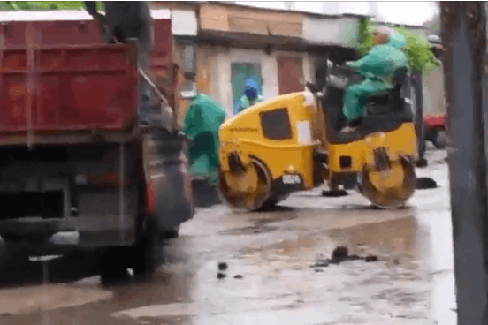 Нанотехнологии! В Крыму под проливным дождем укладывали асфальт