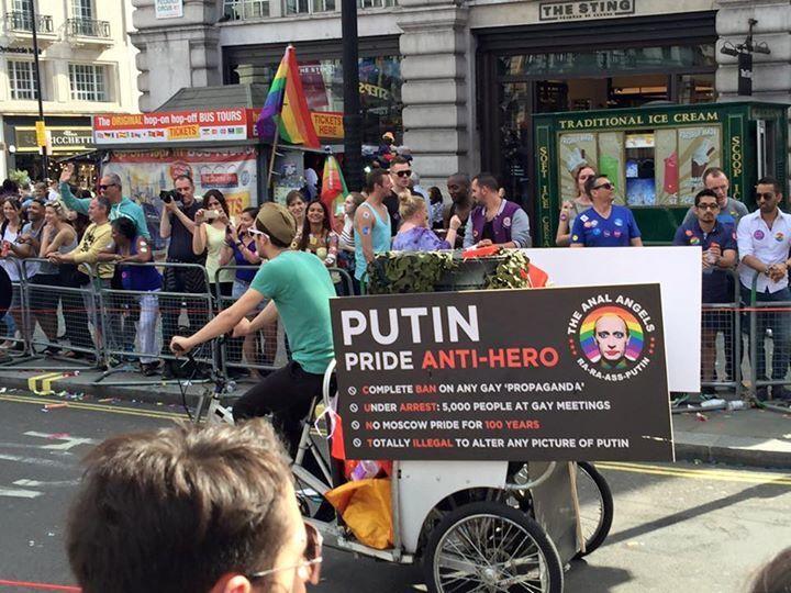 """На гей-параде в Лондоне появился """"полуголый Путин"""" на танке"""