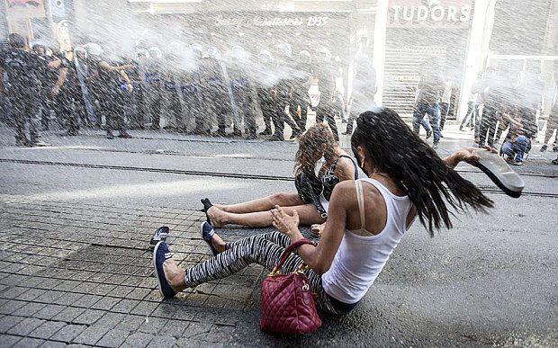 В Турции газом и водометами разгоняли гей-парад: видеофакт