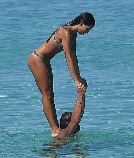 Італійський футболіст яскраво розважається у воді зі своєю подругою: ефектні фото
