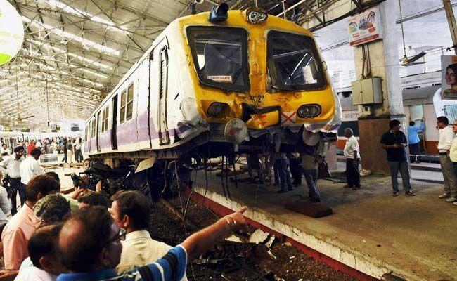 В Индии пассажирский поезд взлетел в воздух