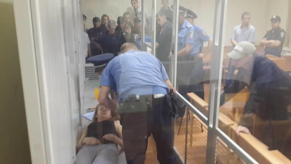 """Активістка """"Айдара"""", яка перегризла собі вени, втратила свідомість від вироку: фото і відеофакт"""