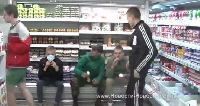 """Против высоких цен: в киевском супермаркете устроили """"акцию поедания"""""""