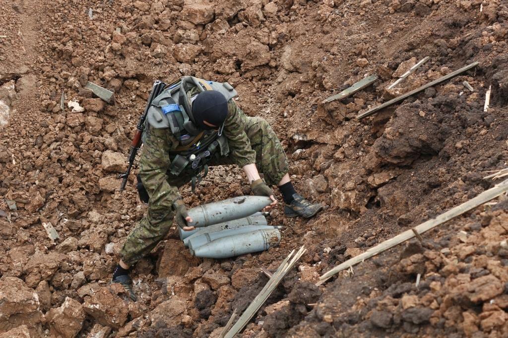 """Как """"Тарантино"""" и Ко очищают Донбасс от снарядов террористов: фотофакт"""