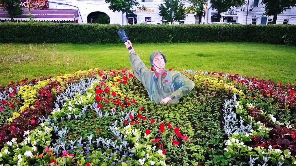 Шок и недоумение! В России из клумбы выпрыгивает солдат с гранатой