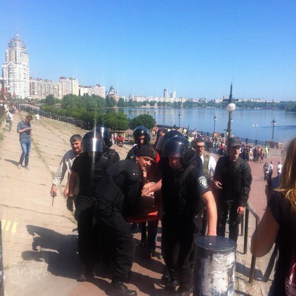 Петарды, ранения и задержания: в столице состоялся КиевПрайд
