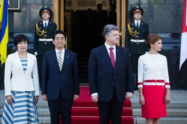 Жены Порошенко и премьера Японии отличились нарядами