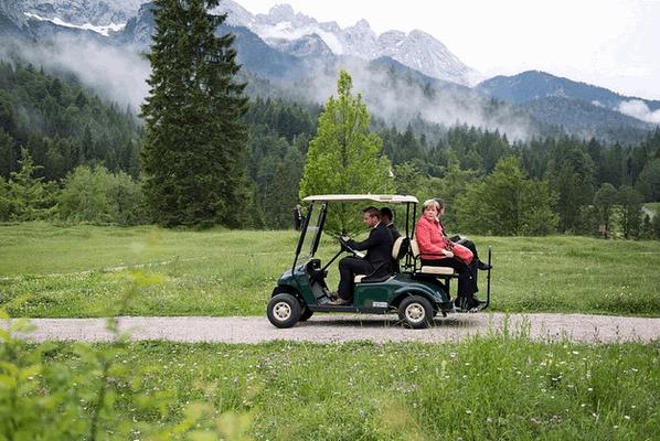 Саммит G-7: Меркель в красном пиджаке прокатилась на гольф-каре