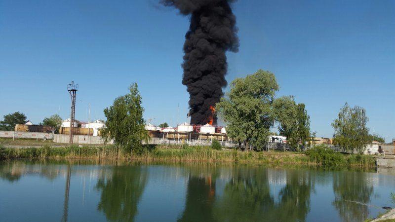 В Василькове вспыхнула нефтебаза: 4 резервуара с горючим в огне