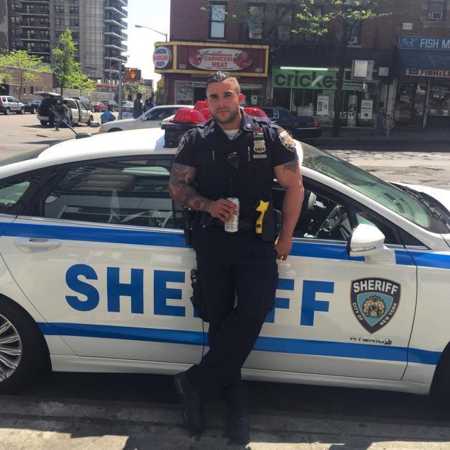 Арестуйте меня! Красавец-полицейский из Нью-Йорка стал звездой сети