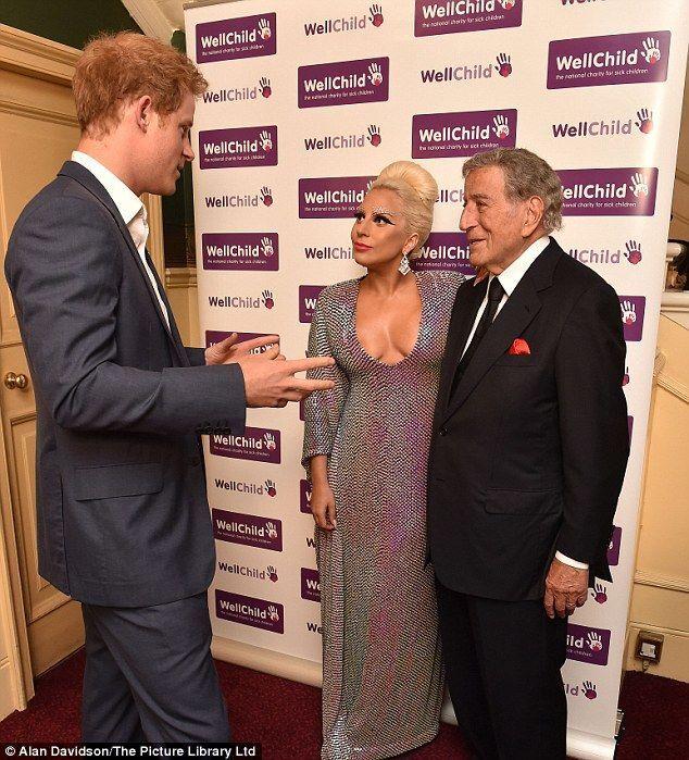 Принц Гарри не мог оторвать глаз от декольте Леди Гаги: фотофакт