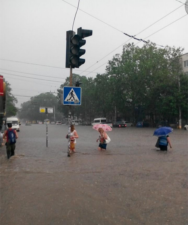 Симферополь захлебнулся летним ливнем: опубликованы фото и видео