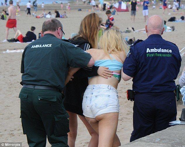В Шотландии тысячи тинэйджеров устроили оргию на пляже: фотофакт
