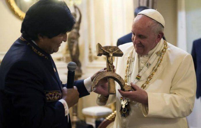 """У Болівії """"розіп'яли"""" Христа на серпу і молоті та подарували Папі Римському: фото і відеофакт"""