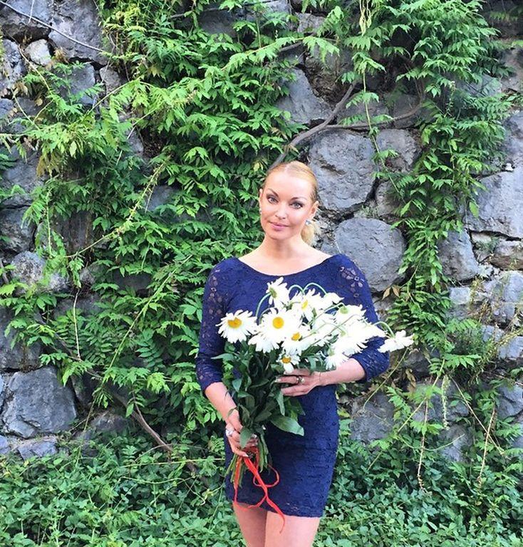 Волочкова подчеркнула отсутствие фигуры золотистым мини-платьем