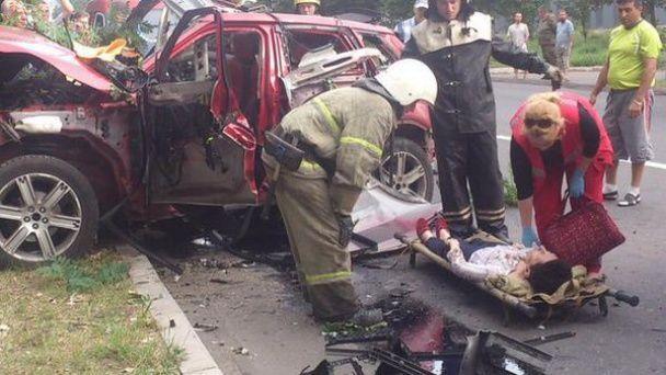 В Донецке посреди дороги взорвалось авто с женщиной внутри