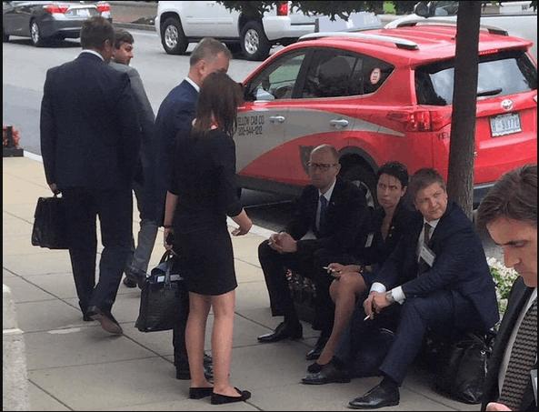 После разговора с Обамой Яценюк закурил прямо на улице