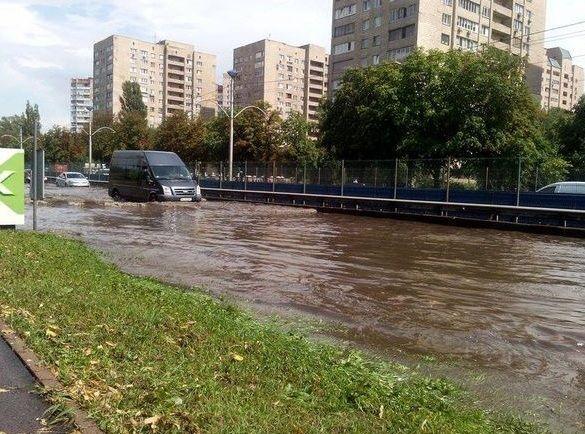 Через сильну зливу в Києві затопило дороги: фотофакт