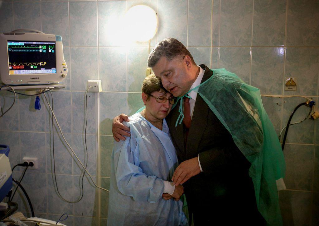 Порошенко провідав постраждалих від теракту у Львові: фотофакт